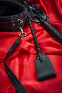 Fusta y collar BDSM Dos Rombos Rojos.